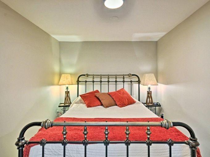 https://www.houzz.com/hznb/photos/1930s-basement-renovation-traditional-bedroom-portland-phvw-vp~137095299
