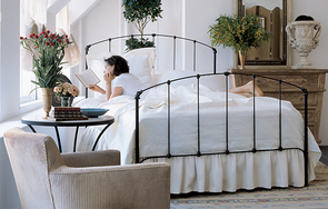 Rutherford high-foot queen bed in Black Iron Gold
